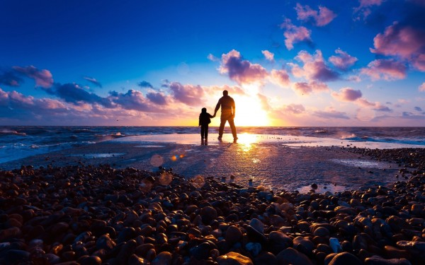 wallpaper-father-and-son-at-beach